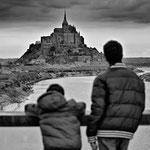 Enfants regardant le Mont saint Michel février 2012