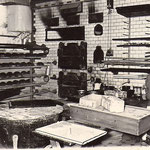 Damals befand sich die Backstube im Kellergeschoss, wo die meisten Teige mit Hand gewirkt wurden und der Ofen viele Stunden vorher mit Kohle geheizt werden musste.