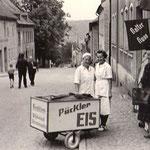 """Trotz der langen Winter waren in Oberwiesenthal die Eiskreationen der Schmiedl's  sehr beliebt. Das """"Pückler""""-Eis war die Spezialität des Seniormeisters und wurde mit dem Spruch: """"Lecke, lecke Eis. Wer einmal leckt, der weiß wie's schmeckt!"""" in der ganzen"""