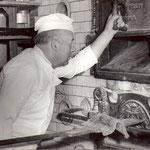 Die ganze Familie Schmiedl musste immer mit Helfen und Walter fing schon mitten in der Nacht das Backen am altdeutschen Ofen an.