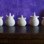 kleine weiße Göttinnen, gebr. Ton, 2005, 7-9 cm