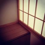 玄関飾り棚と障子の納まり。
