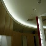 エントランスから診察スペースへと続く天井間接照明。