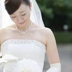 手づくりのメリアブーケを持つ花嫁さま