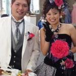 お母さまの手作りの赤いメリアブーケを持つ花嫁様