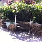 La table extérieure et sa tonnelle de vignes