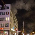 Rauch dringt aus dem Haus.|Foto: Christopher Sebastian Harms