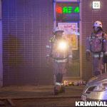 Feuerwehrleute mit Atemschutz kommen aus der Brandwohnung.|Foto: Christopher Sebastian Harms