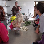 Les plantes choisies par M. Lavignasse pour ses créations : fleurs d'acaccias, marjolaine et menthe sauvage