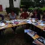 Les participants à l'oeuver pour réaliser un collage à partir des impressions récoltées pendant la matinée