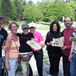 des participants heureux de leur cueillette et création flroale du jour