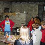 La visite de l'ancienne carrière d'argile a été impossoble compte-tenu des trombes d'eau, Jean Soust donne donc ses explications dans l'atelier