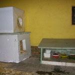 Der Futterplatz mit angrenzend zwei wärmenden Strohboxen