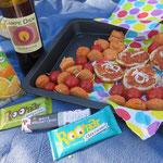 """Wieder ein buntes Picknick-Programm: indische Linsenbällchen mit Kirschtomaten und vegane """"Mett""""-Schnittchen als herzhafte Basis und Rohkost- sowie Schokoriegel als süße Abrundung."""