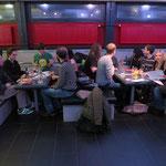 """Mehr als ein Dutzend Leute finden sich zur Premiere von """"(Pizza-) Brot & Spiele"""" ein."""