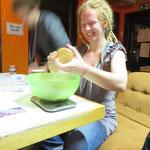 Spaß und Bewegung beim Mischen der Zutaten für Kokoskugeln