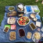 Unsere Picknickdecke mit einer Auswahl der mitgebrachten veganen Speisen