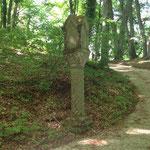 Wieder auf dem Wanderweg, fanden wir historisch-religiöse Zeugen aus Stein,