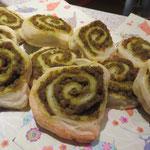 ... noch die von Ralu zu Hause zubereiteten pikanten Blätterteig-Schnecken mit der grünen Füllung ...