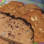 """Zugegeben, die Schoko-Gebäckstücke dominieren und drängeln sich auf jedes Foto dazu, frei nach dem Motto """"Schokolade geht immer."""" Aber wir können auch Nicht-Schoko: Erdnussbutter-Cookies"""
