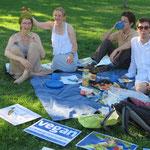 Da sind wir wieder, in gemütlicher Runde bei schönstem Sommerwetter, diesmal mit Veggie-Postern als Erkennungszeichen.