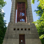 hier ein moderner Turm,