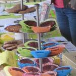 Colour me ... Muffin! Muffins mit Überraschung. Du glaubst doch nicht wirklich, dass wir dir hier verraten, was sich im Zentrum dieser farbenfroh umhüllten Schokoladen-Babys befindet?
