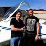 André mit seinem Fluglehrer Michael nach dem First Solo.