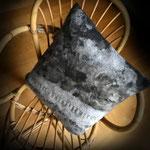 """Coussin """"Sur le lac"""" avec rabats 42/44 cm en laine mérinos et mousseline de soie. Pièce unique. Vendu"""
