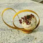 """Décoration de table """"Boucle dorée"""" H : 13 cm et  Ø : 4 cm en laine mérinos et soie avec un socle et une boucle en bois. Pièce unique"""