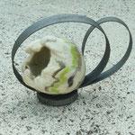 """Décoration de table """"Boucle granit"""" H : 14 cm et  Ø : 4 cm en laine mérinos et soie avec un socle et une boucle en bois. Pièce unique"""