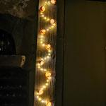 """Tableau en bois brûlé """"Citrouilles"""" H : 186.5 cm et l : 30 cm en laine mérinos et soie avec une guirlande LED électrique. Pièce unique"""
