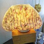 """Luminaire """"Pique"""" H : 26cm et  Ø : 30 cm en laine mérinos et soie sur socle en bois avec un système électrique et une ampoule LED. Pièce unique"""