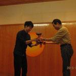 野口杯を授与される村島選手(東北大学)
