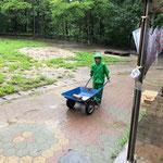 雨の中外で遊ぶ子ども達
