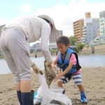 川でゴミ拾い