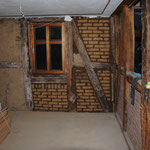 Ersetzen der Hölzer, Ausmauern der Gefache mit Lehmziegeln.