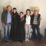 Wangpo, le due signore che tostano il mais, Tashi e Fabio Garbani