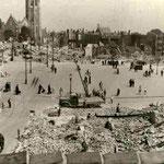Puinruimen op de Markt in Middelburg na het bombardement, juli-september 1940 ©Geschiedenis Zeeland