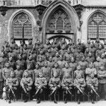 17e Regiment Artillerie voor het stadhuis. Mobilisatie 1939/40. Zittend in het midden de commandant majoor P.J. Enter; 2e rij, 3e van rechts: wachtmeester Tj. van der Hauw