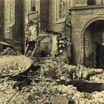 Gezicht van de Wal op ingang Nieuwe Kerk, met tussen het puin een klok van de Abdijtoren ©Geschiedenis Zeeland