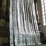 Magnificat- Text auf Papierbahnen