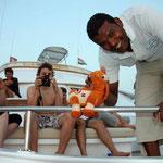 Auch Kaptain Maher ist Maskottchen Camel schon ans Herz gewachsen. Foto von Robert Belina