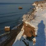 das Hohe Ufer mit Relikten vergangener Tage, die sich nun das Meer holt...