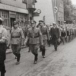 Stadtbürgermeister Eichner (links) bei der Rückkehr der evakuierten Kinder aus dem Hospital am 15. August 1940 [© Sammlung Elmar Landwehr]