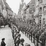 Infanterie-Regiment 70 in der Balduinstraße, flankiert vom Reichsarbeitsdienst [© Sammlung Elmar Landwehr]