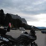 Noch einmal kurz die Beine vertreten und dann geht es in vielen Kurven auf einer recht einsamen Straße hinunter nach Brixen
