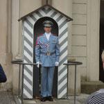 Wache vor der Prager Burg