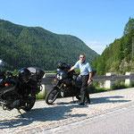 Seltenheitswert: wir sind kurzzeitig die einzigen 2 Motorräder am Parkstreifen am Sylvensteiner See.