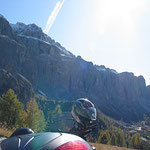 Sonne, schneebedeckte Berge, klare Luft, trockene Fahrbahn - optimal!